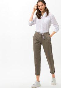 BRAX - Pantalon classique - beige - 1