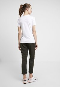 Alpha Industries - NEW BASIC - Print T-shirt - white/metalgold - 2