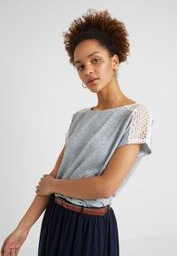 ONLY - ONLMIRA - Camiseta estampada - insignia blue/cloud dancer - 0