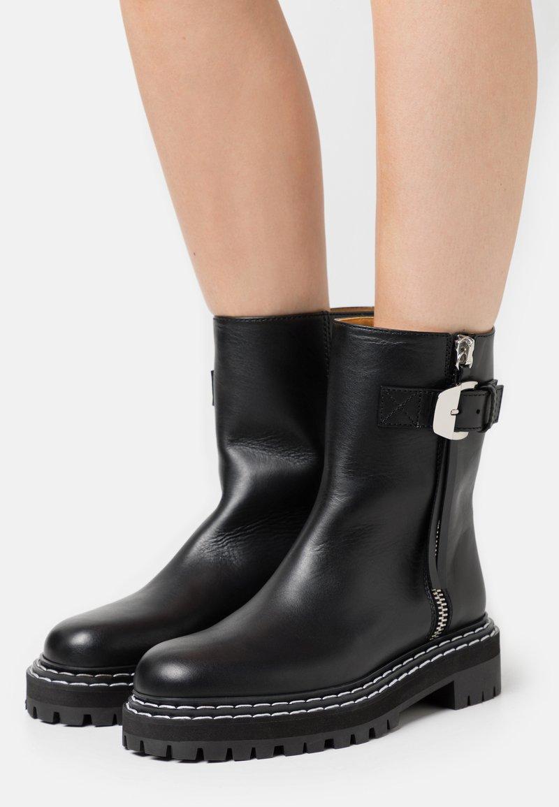 Proenza Schouler - Kotníkové boty na platformě - nero