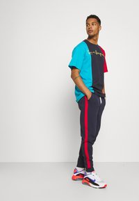 Tommy Jeans - MIX MEDIA BASKETBALL PANT - Tracksuit bottoms - twilight navy - 3