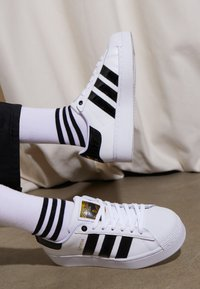 adidas Originals - SUPERSTAR BOLD - Sneakers laag - footwear white/clear black/gold metallic - 4