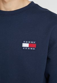 Tommy Jeans - BADGE CREW UNISEX - Collegepaita - blue - 5