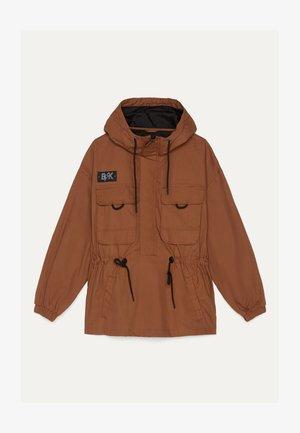MIT BAUCHTASCHE UND KAPUZE  - Summer jacket - brown