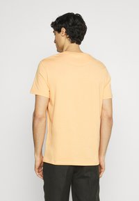 Lyle & Scott - PLAIN - T-shirt - bas - melon - 2