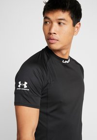 Under Armour - CHALLENGER TRAINING  - T-shirt imprimé - black/white
