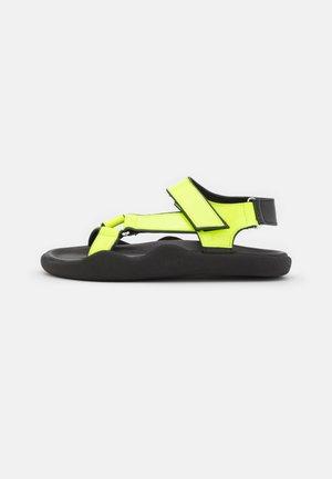 FLAT STRAP - Sandaalit nilkkaremmillä - neon yellow