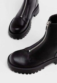Stradivarius - MIT REISSVERSCHLUSS UND PROFILSOHLE - Classic ankle boots - black - 4