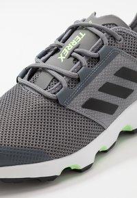 adidas Performance - TERREX VOYAGER - Obuwie do biegania Turystyka - grey three/core black/signal green - 5