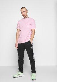 STEREOTYPE - STEREOTYPE DYED T-SHIRT IN PINK ACID WASH - Triko spotiskem - pink - 1