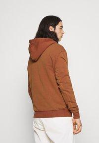 Karl Kani - SMALL SIGNATURE BOX WASHED HOODIE UNISEX - Sweatshirt - dark orange - 2