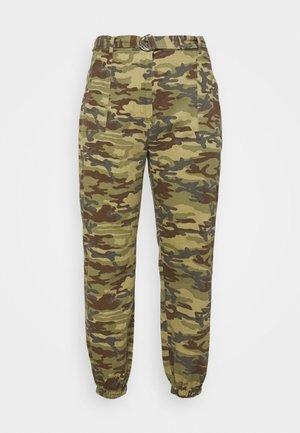 PLUS RING BELT CAMO TROUSER - Kalhoty - khaki