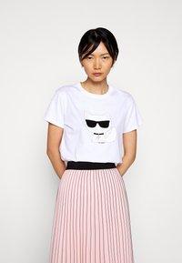 KARL LAGERFELD - IKONIK CHOUPETTE - T-shirt z nadrukiem - white - 0