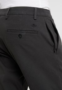 DOCKERS - SMART FLEX TAPERED - Trousers - steelhead