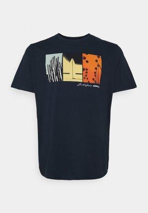 JOROCTO TEE CREW NECK - Print T-shirt - navy blazer