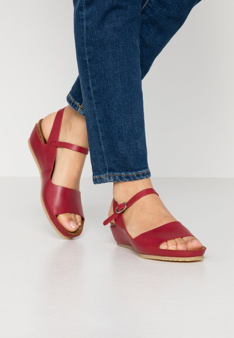 Kickers - TAKIKA - Wedge sandals - rouge