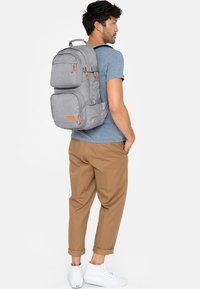 Eastpak - HUTSON CORE SERIES CONTEMPORARY RUCKSACK SUNDAY GREY - Sac à dos - sunday gray - 2