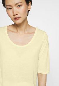Filippa K - ELBOW SLEEVE - T-shirt basic - faded yell - 5