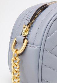 Tory Burch - KIRA CHEVRON SMALL CAMERA BAG - Taška spříčným popruhem - cloud blue - 3