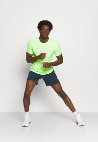 Puma - RUN LOGO TEE - Camiseta estampada - green glare - 1