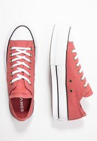 Converse - CHUCK TAYLOR ALL STAR LIFT SEASONAL - Sneakers laag - light redwood/white/black - 3