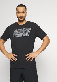 Nike Performance - DRY TEE BLOCK - T-shirt con stampa - black/smoke grey - 0