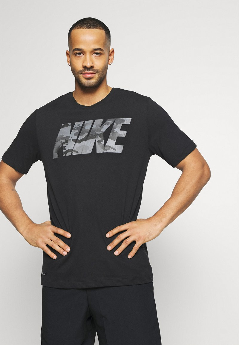 Nike Performance - DRY TEE BLOCK - T-shirt con stampa - black/smoke grey