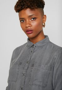 ONLY - ONLFJILL FITTED - Button-down blouse - dark grey denim - 4