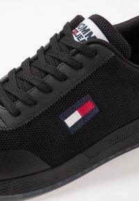 Tommy Jeans - FLEXI RUNNER - Sneakersy niskie - black - 5