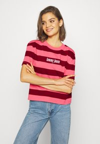 Tommy Jeans - STRIPE LOGO TEE - T-shirt imprimé - glamour pink/wine red - 0