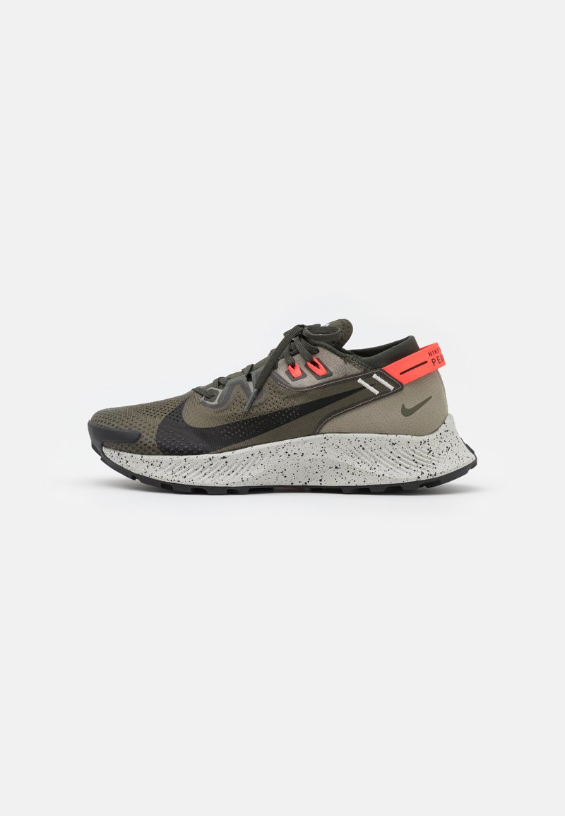 Nike Performance - PEGASUS TRAIL 2 - Chaussures de running - cargo khaki/black/light army/bright crimson/light bone/sequoia