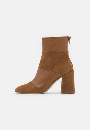BLOCK BOOT - Kotníkové boty - cognac
