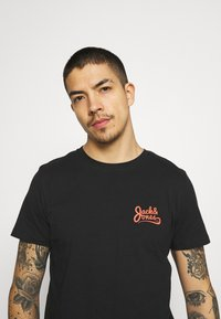 Jack & Jones - JORSIGNATURE TEE CREW NECK 5 PACK - T-shirt med print - white - 7