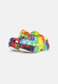Crocs - Pantofle na podpatku - multicolor - 2