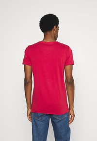 Mustang - WASHED V NECK - T-shirt - bas - chili pepper - 2