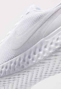Nike Performance - REVOLUTION 5 - Obuwie do biegania treningowe - white - 5