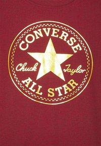 Converse - FOIL CHUCK PATCH TEE UNISEX - T-shirt imprimé - gym red heather - 2