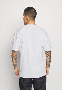 Karl Kani - ORIGINALS TEE UNISEX - Print T-shirt - white - 2