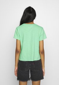 Levi's® - GRAPHIC SURF TEE - T-shirts med print - absinthe green - 2