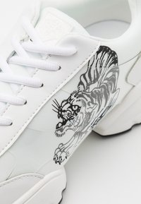 Ed Hardy - CAGED RUNNER TIGER - Trainers - white/black - 5