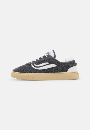 DAILY UPCYCLED UNISEX - Sneakersy niskie - grey/white