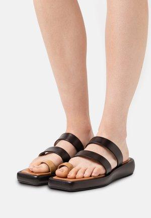 LARISSA  - Sandály s odděleným palcem - black/brown