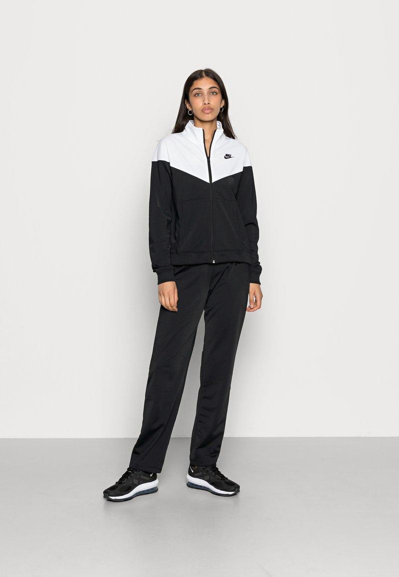 Nike Sportswear - TRACK SUIT SET - Zip-up sweatshirt - black/white