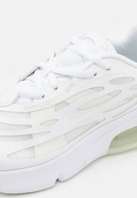 Nike Sportswear - AIR MAX EXOSENSE - Tenisky - white/summit white - 5