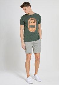 Shiwi - TROPICS PLACED PRINT - Print T-shirt - cilantro - 1