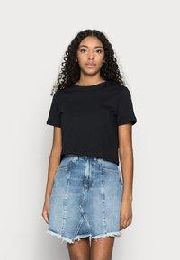 Pieces Petite - PCRINA CROP TOP 2 PACK - Print T-shirt - black/bright white - 1
