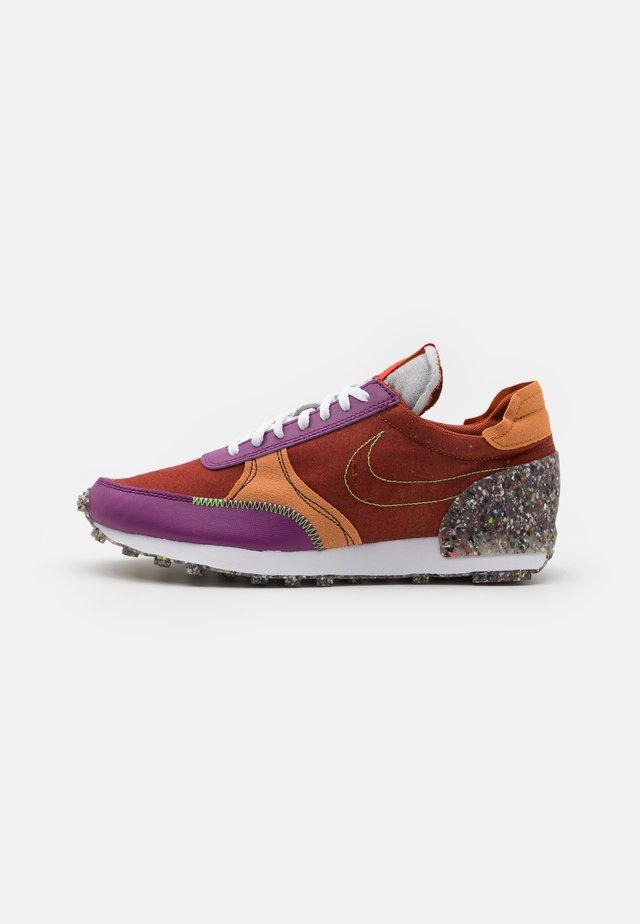 DBREAK-TYPE M2Z2 UNISEX - Sneakers laag - rugged orange/monarch/viotech/team orange/mean green