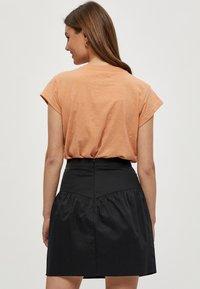 Minus - LETI - Basic T-shirt - tropical peach - 2