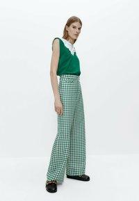 Uterqüe - MIT VICHYKAROS - Trousers - green - 4