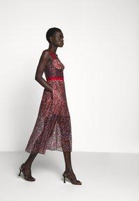 Allen Schwartz - EDEN BUSTIER DRESS IN PRINTED - Vestito elegante - red - 3
